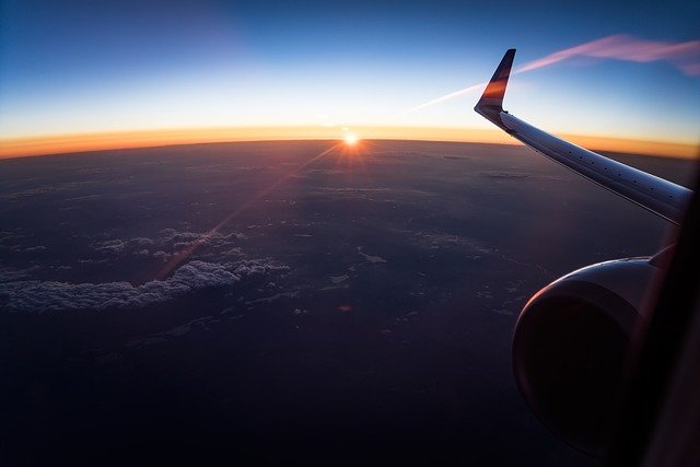 pohled na křídlo letadla