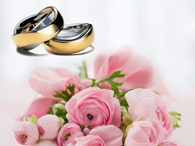 svatební květina a prsteny