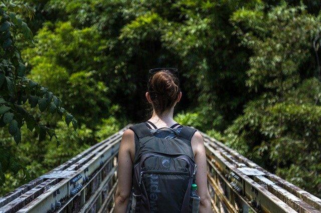 dívka na mostě.jpg