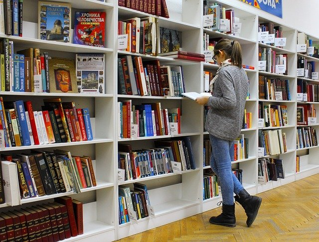 dívka u knihovny