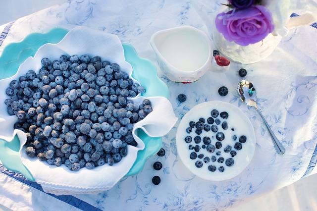 Borůvky ve velké míse a borůvky s jogurtem na stole..jpg