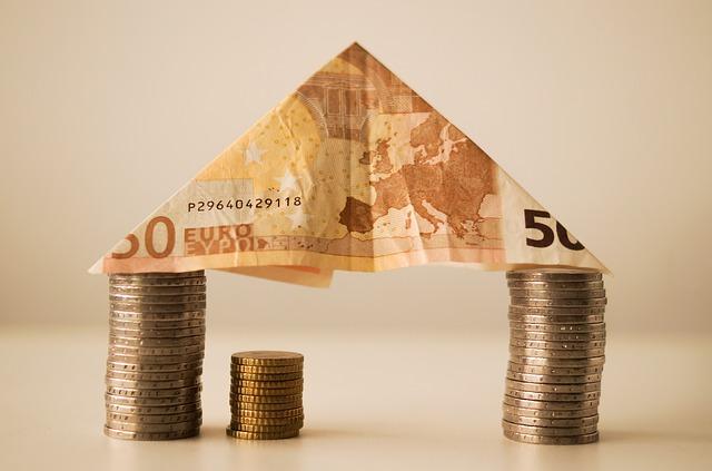 domek z mincí a bankovky