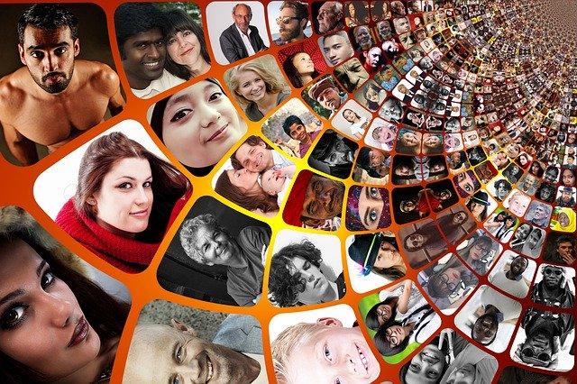 Obrazovka plná malých čtverečků s fotografiemi lidí