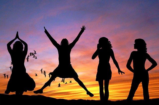 siluety skákajících dívek