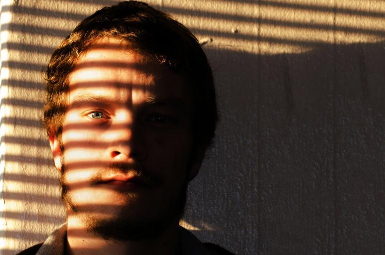 muž ve stínu.jpg