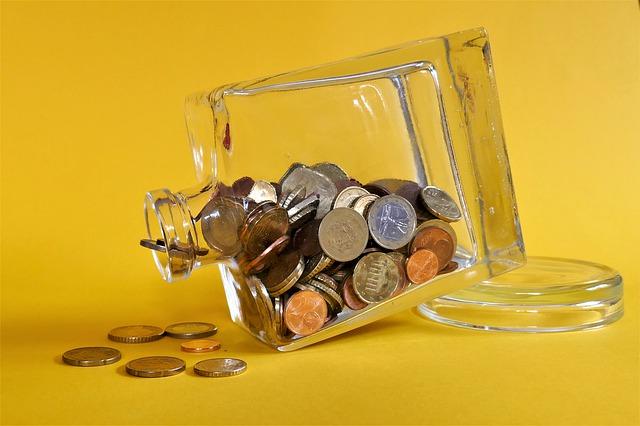 mince ve skleněné láhvi