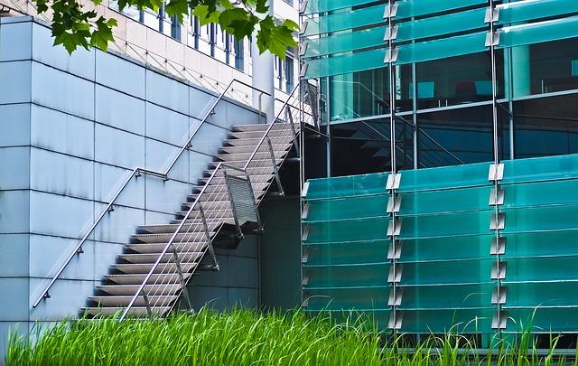 venkovní schodiště – kovové zábradlí.jpg