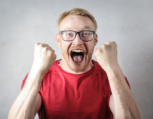 Muž s radostným a překvapeným výrazem ve tváři