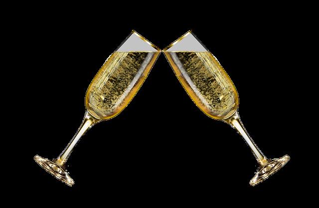 Dvě sklenky naplněné šampaňským